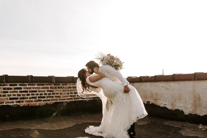 pareja huyendo de besarse en una azotea